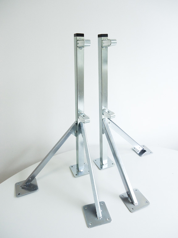 Articulated clothes hanger with 2 legs with 2 wheels